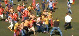 Aficionados de San Pedro arman disturbios dentro del campo