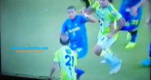 Roger Bastos Intenta Golpear a José Manuel Contreras en el Estadio Pensativo